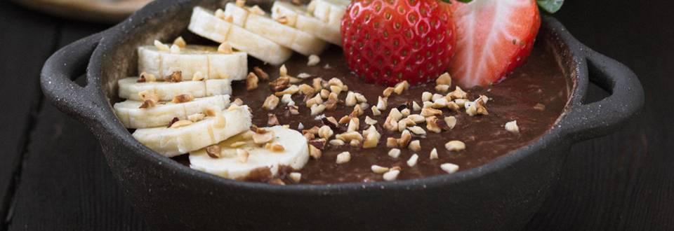 Čoko ovsena kaša z banano, čokolado in jagodami