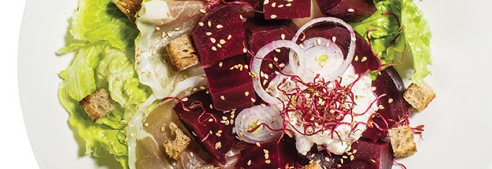Pomladna solata s kozjim sirom, pršutom in rdečo peso