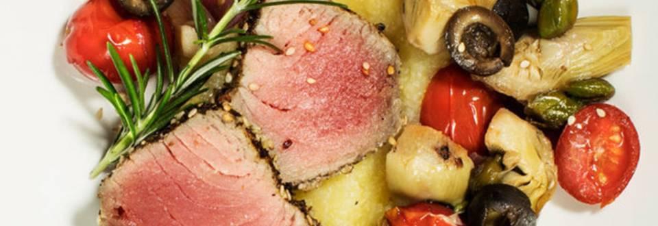 Tunov rostbif na krompirjevi beli polenti z ribiško kaponato iz artičok