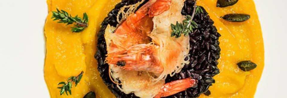 Hrustljave kozice z rezanci kataifi na črnem rižu z bučno kremo