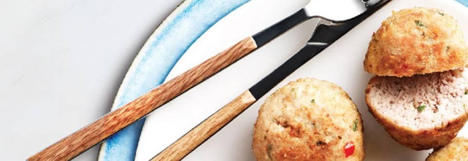 Mesne kroglice s solato iz kumar, kopra in grškega jogurta