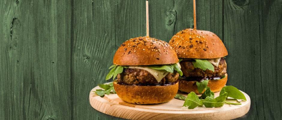 Goveji hamburger z brusnicami v polnozrnati bombeti z domačo paradižnikovo omako